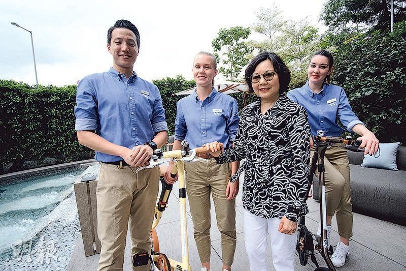 李簡鳳玲(右二)表示,Waterfront Suites的工作人員,既有香港陽光大男孩(左一),亦包括來自芬蘭(左二)、法國(右一)的少女,是一支具國際化、年輕具活力的工作團隊。(蘇智鑫攝)