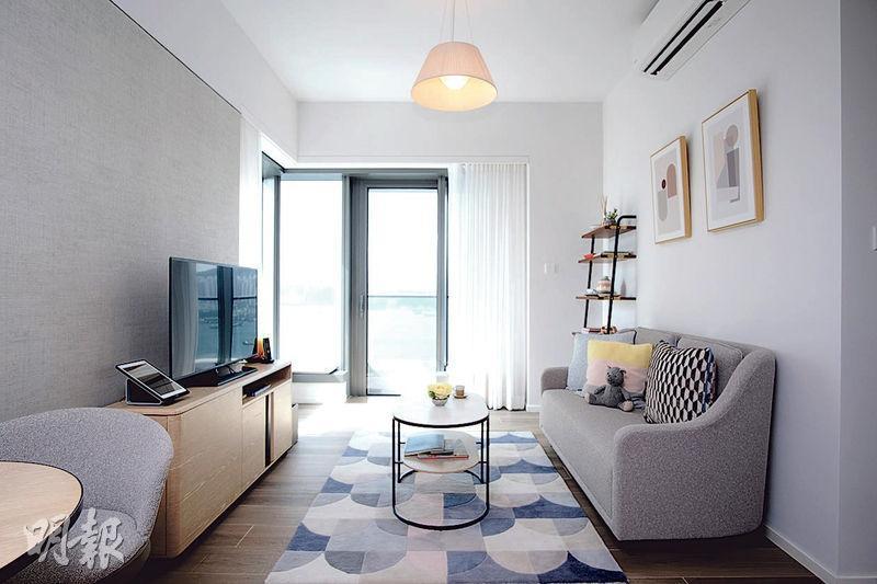 Waterfront Suites提供戶型由開放式至3房間隔,賣點是擁開揚維港海景;以圖中建築面積713方呎兩房單位而言,月租入場費5.56萬元起。(蘇智鑫攝)