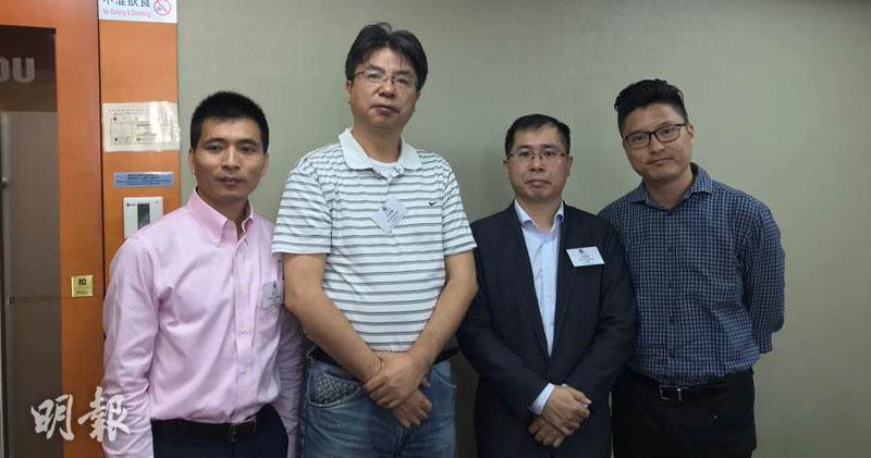 公司秘書程芝化(左一)、主席何寧寧(左二)、財務總監范富強(右二)、投資關係總監蘇勇鵬(右一)(劉旭霞攝)
