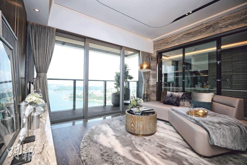 8座16樓B室的客飯廳使用玻璃趟門連接露台,從客飯廳內可直接觀賞開揚海景。(曾憲宗攝)