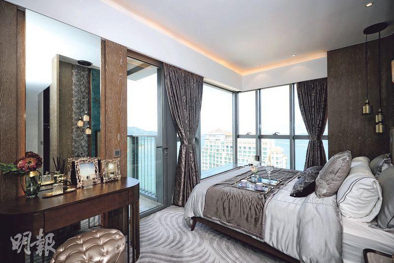 主人套房間隔方正,放置睡牀及梳妝枱等家具後,仍可從三邊上落牀,套房亦外連工作平台。(曾憲宗攝)