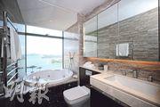 主人浴室設有圓形按摩浴缸,戶主可在浸浴時欣賞海景。(曾憲宗攝)