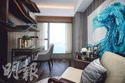 配合海景賣點,書房以海洋風格掛畫裝飾。(曾憲宗攝)