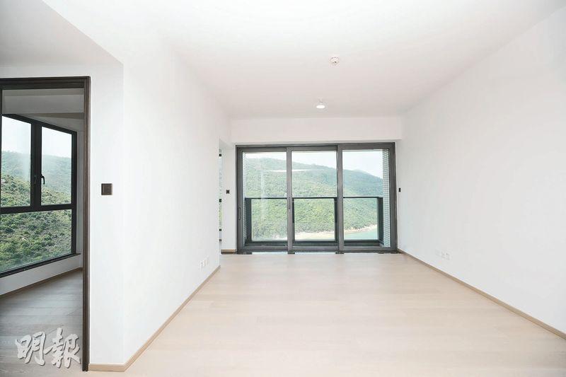 客飯廳以玻璃趟門連接露台,可望開揚海景。(曾憲宗攝)
