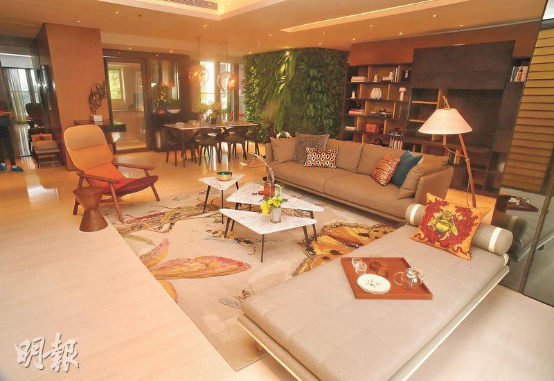 示範單位的客廳以現代時尚風格設計,家具及佈置使用深淺色作對比。(劉焌陶攝)
