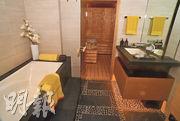 單位的浴室備有浴缸,內連桑拿房。(劉焌陶攝)