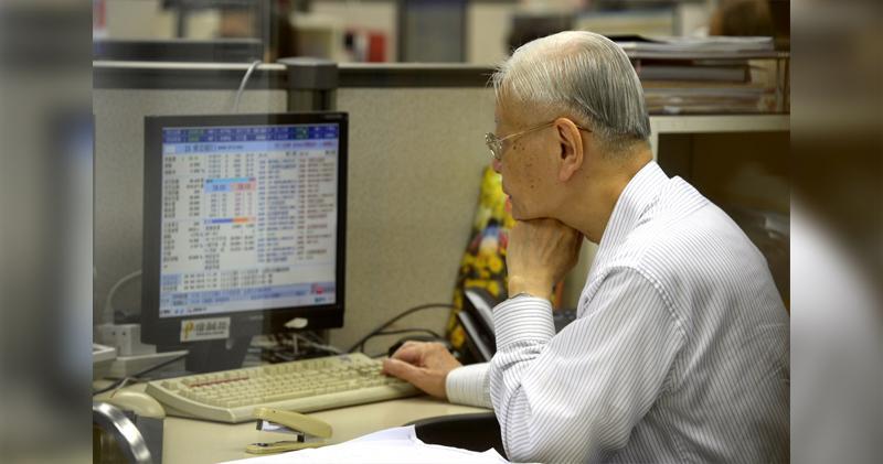 港股半日跌89點。