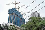 新地發展的屯門御半山II期,昨日公布首推108伙的價單,折實平均實呎15166元,與去年5月推售的一期首張價單相若,反映發展商開價克制。(蘇智鑫攝)