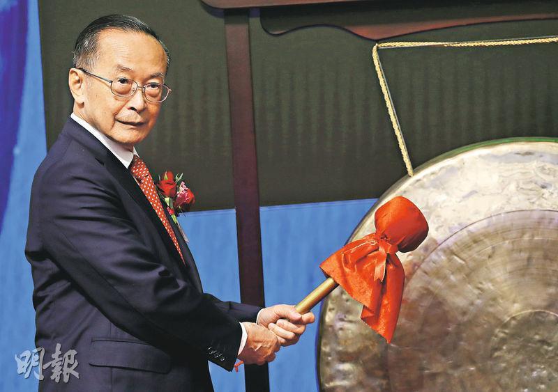 安樂工程昨首日掛牌,律政司長鄭若驊丈夫兼公司主席潘樂陶出席上市儀式。(李紹昌攝)