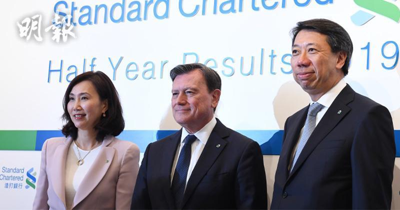 圖左為渣打香港區行政總裁禤惠儀(劉焌陶攝)