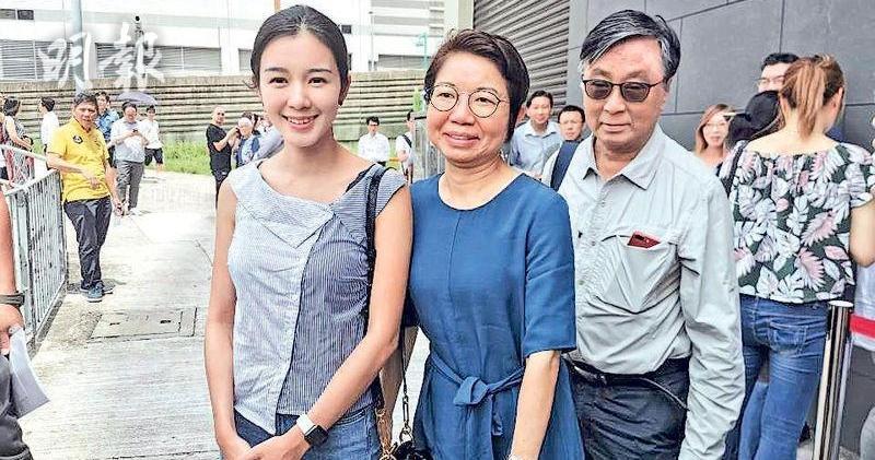 麥明詩(左一)190萬購菁雋(資料圖片)