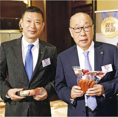 雙匯發展總裁馬相傑(左)解釋,期內已推出多個措施,例如調整產品結構等,成效可在下半年持續反映。旁為萬洲主席萬隆。