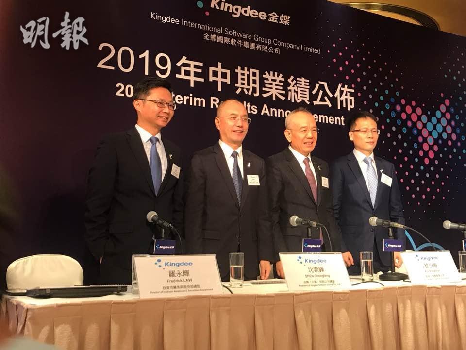 左起投資者關係與證券部總監羅永輝、金蝶軟件(中國)總監沈崇鋒、創始人兼董事會主席徐少春、首席財務官林波