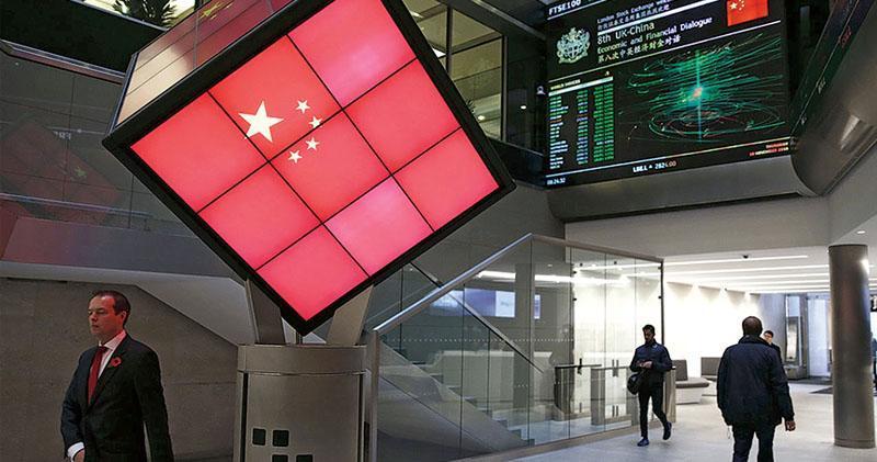 港交所以高價提出單方面收購要約,出價以逾3000億元收購倫敦證券交易所,一旦完成合併,將成為全球第三大的交易所。圖為倫交所早於2016年,曾在入口大堂透過屏幕,展示中國國旗。