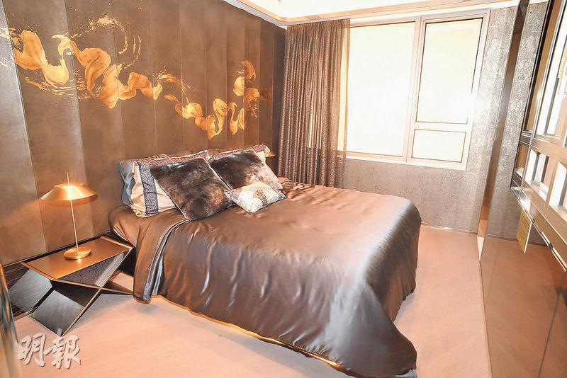 主人睡房以深色為主調,灰銀色寢具配以金色手繪圖案的波浪牆身,氣派十足。(劉焌陶攝)