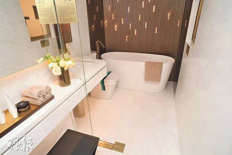 主人套廁主要以白色石材鋪砌,並以金屬配件襯托,簡潔中顯出貴氣。(劉焌陶攝)