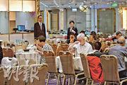 叙福樓主席黃傑龍指,港鐵經常突然提早關站,明顯加速餐飲業面對的問題,圖為馬鞍山區一家酒樓,傍晚時份人客疏落。(鍾林枝攝)