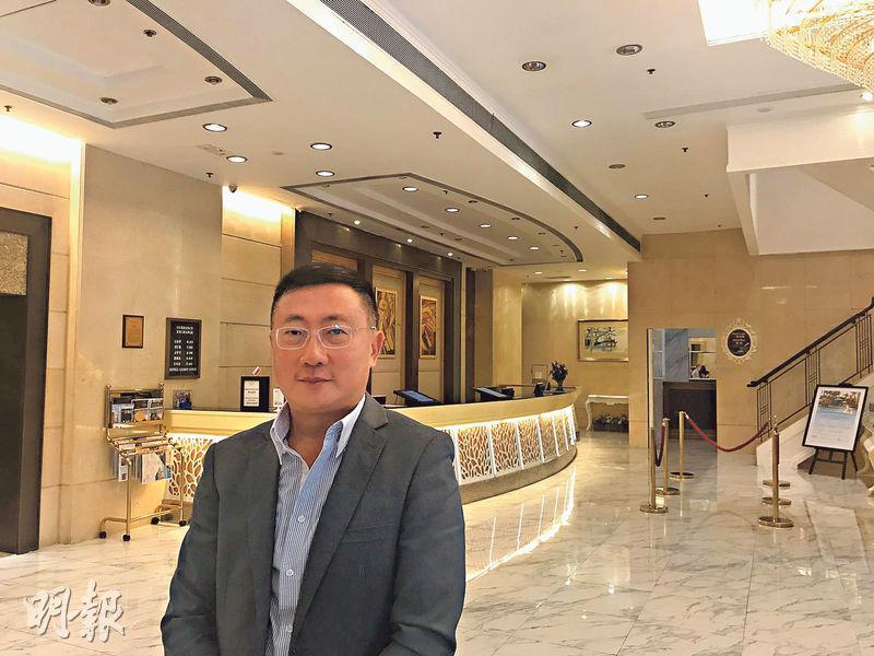 華大酒店主席鄭啟文(圖)在專訪中表示,若本港情况無改善的話,他擔心酒店業在明年農曆新年前後爆發裁員潮,籲港府向業界推出紓困措施。