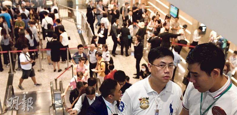 雖然近期香港陷入回歸22年來最嚴峻局面,但業界料全年一手成交將達2萬宗,可望創2013年一手新例實施後的按年新高;圖為南昌站匯璽III 9月首輪銷售的場面,當日推出的352伙接近清袋。(資料圖片)