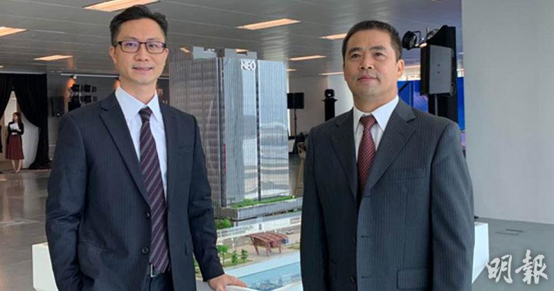 葉興安(右)