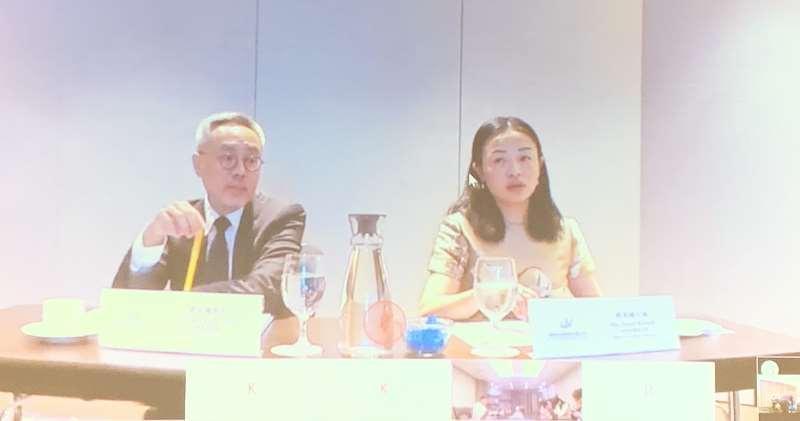 瑞聲科技董事總經理莫祖權(左)及投資者關係主管郭美姗(右)