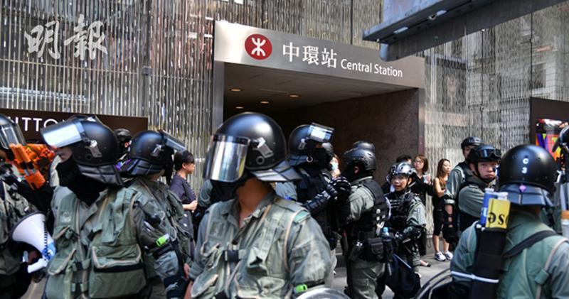 有市民發起午飯時間中環快閃活動,大量防暴警於中環出現。(黃志東攝)