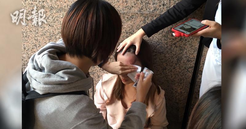 有防暴在無衝擊情況下向畢打街天橋發射橡膠子彈擊中一名女士左額頭。(鍾林枝攝)