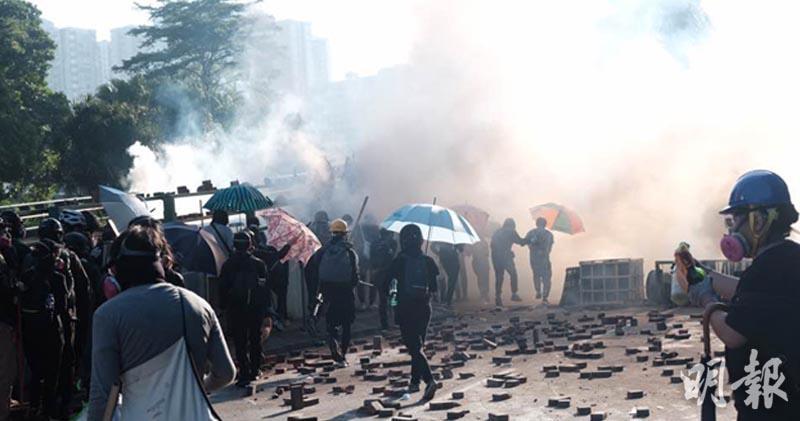 【開市焦點】理大抗爭者撤離時遭催淚彈逼回校內 留意大市