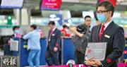 港航發言人表示,公司日常營運一切如常。圖為港航員工在引導乘客往港航櫃位登機。(黃志東攝)
