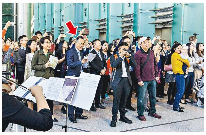 長和主席李澤鉅(箭嘴示)連續兩年參與「長江活水」嘅報佳音活動,仲拎住歌詞獻聲合唱。