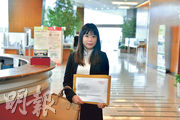 港鐵日出康城12期發展項目昨日最終接獲33份意向書,圖為南豐集團代表遞交意向書。(黃志東攝)