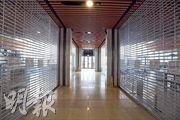 啟德郵輪碼頭商業區部分室內空間偌大,但是配套欠奉,多家商店最終離場,大多數舖位均空置。(楊柏賢攝)