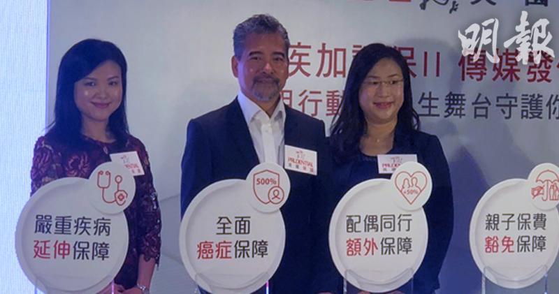 中:保誠保險行政總裁容佳明;左:保誠首席市場拓展及客戶服務總監吳詩雅