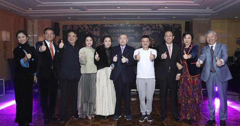 劉鑾雄夫婦(左五、六)與許家印(右三)份屬友好。(網上圖片)
