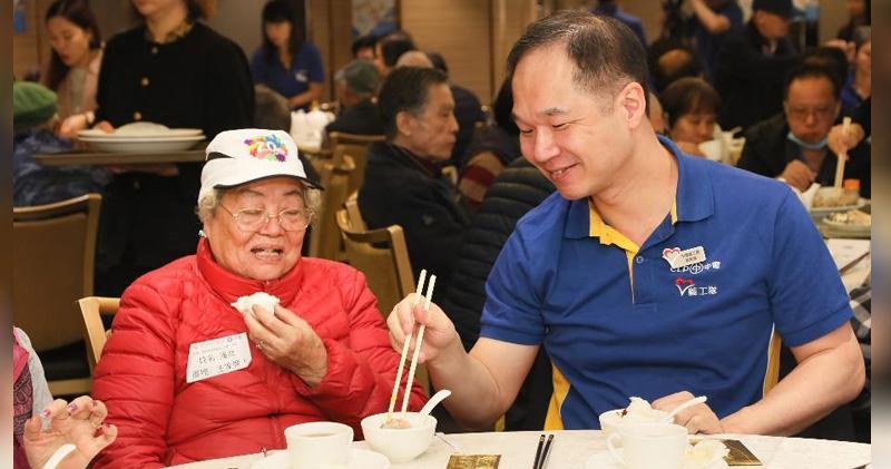 圖右為中華電力總裁蔣東強