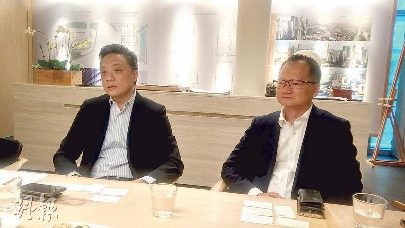 東家集團黃永光(左)相信,吉隆坡樓市過去兩年的低潮期已過去,正築底回升。(葉創成攝)