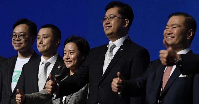 數碼港主席林家禮(右)、尚乘數科行政總裁李蕾(中)、WeLab創辦人龍沛智(左二)及ZA Bank行政總裁許洛聖(左)等周二出席亞洲金融論壇。(劉焌陶攝)