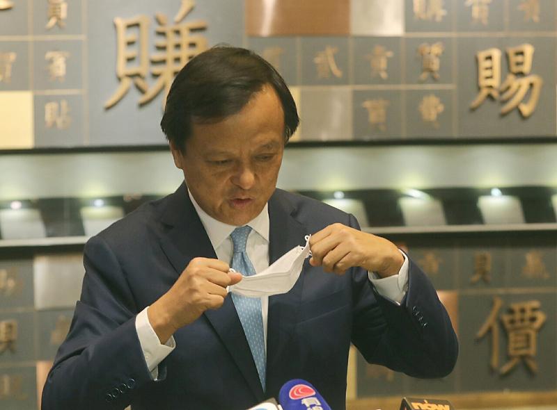 疫情肆虐,港交所行政總裁李小加隨身帶備口罩(李紹昌攝)