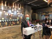 澳達主席兼控股股東尹民強接受傳媒訪問時有戴上口罩(馬迪帆攝)