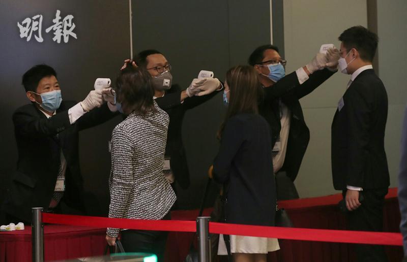 港交所昨晚通知,今日IPO儀式傳媒入場需登記,並須戴上口罩及量體溫(李紹昌攝)