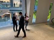 青海省投一批債權人代表今日到IFC二期抗議,原本打算去中金辦公室,最後在大堂派發單張。