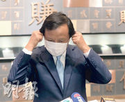 港交所行政總裁李小加接受傳媒提問前除下口罩。(李紹昌攝)