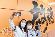 港鐵屯馬綫1期昨日通車,有市民無懼疫情,戴上口罩到港鐵啟德站拍照留念。(賴俊傑攝)