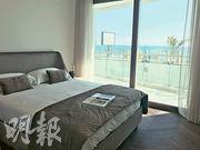 2房示範單位實用面積約有1398方呎,睡房與客廳坐向相同,享有開揚海景。