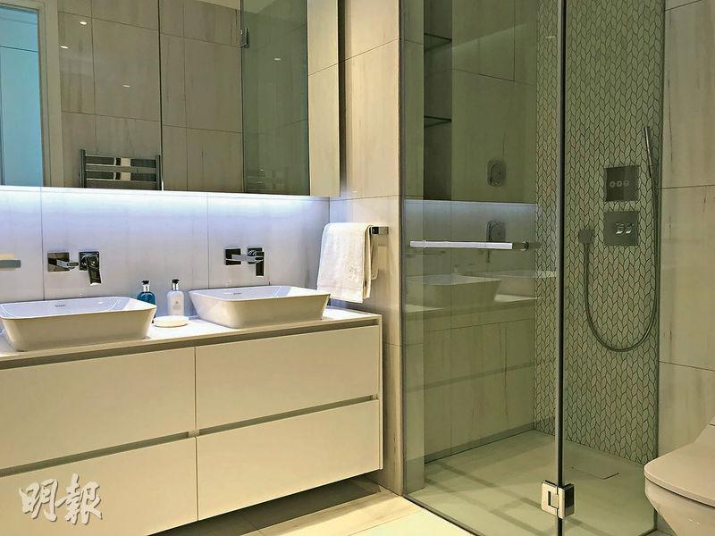 套房浴室採酒店式格局,備有雙洗手盆,右邊設有淋浴間,左邊則備有浴缸。