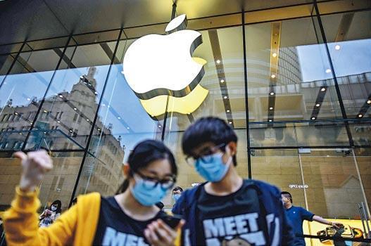 蘋果4月在內地市場賣出390萬部iPhone,較3月賣出150萬部增160%。圖為疫後重開的上海蘋果專門店。(法新社)