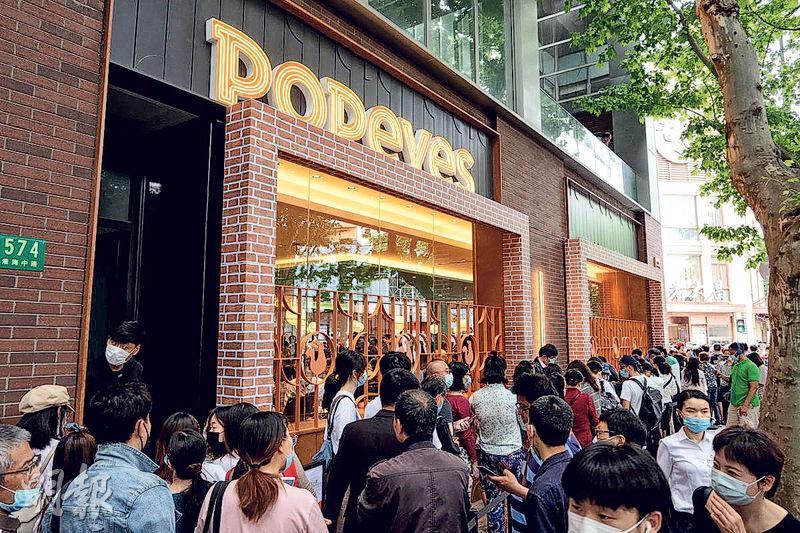 美國大力水手炸雞(Popeyes Louisiana Kitchen)在中國的首家門店月中在上海開業,引來大批民眾排隊試食,不少網民在微博「打卡」分享食評。
