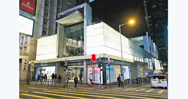 位於中環萬宜大廈入口位置的1樓101至102號舖(箭嘴示),原由Folli Follie租用,去年底已提早退租結業。