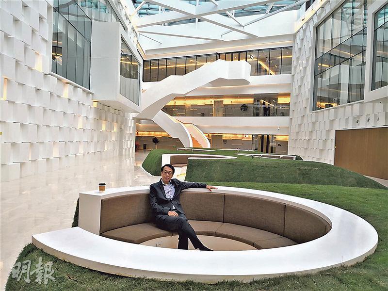 「帶路先鋒」主席陳鳳翔表示,深圳各區正按規劃發展為金融、科技、服務業、教育、旅遊及醫藥創新中心,是大灣區置業首選。陳鳳翔於2018年底曾於深圳騰訊總部授課,圖片由他提供。