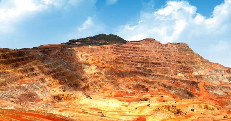 圖為紫金山金銅礦露採場。(資料來源︰紫金礦業官網)